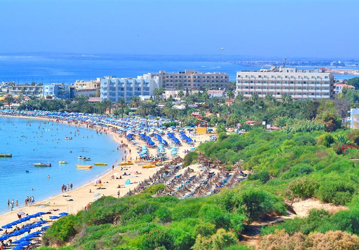 находится на прекрасном песчаном пляже курорта Айа Напа. В центре курортной жизни. Молодежный отдых!
